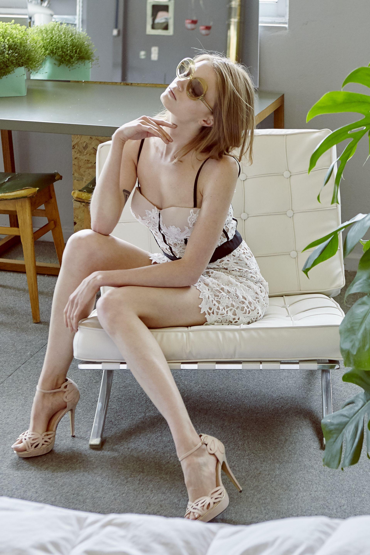 Φόρεμα με λευκή δαντέλα και μαύρες λεπτομέρειες