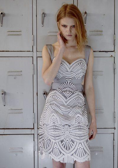 Φόρεμα μίνι, με δίχρωμη δαντέλα και ανοιχτή πλάτη