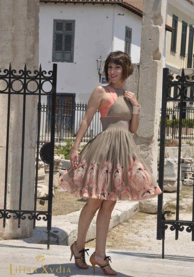 Πλισέ κοκτέηλ - βραδυνό φόρεμα με λάστιχο στη μέση και φουρό.